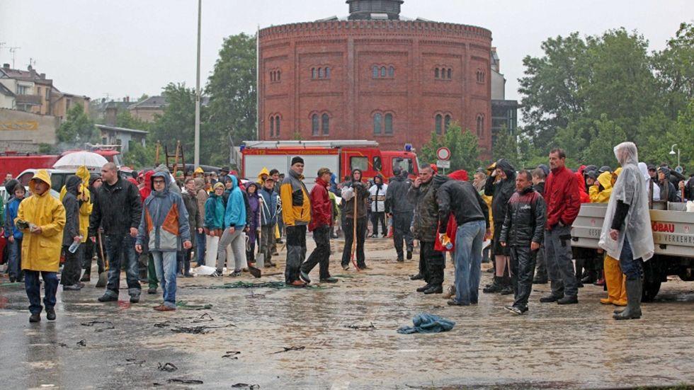 Hunderte Helfer füllten am Sonntag am Gasometer in Zwickau Sandsäcke. (c) Ralph Köhler