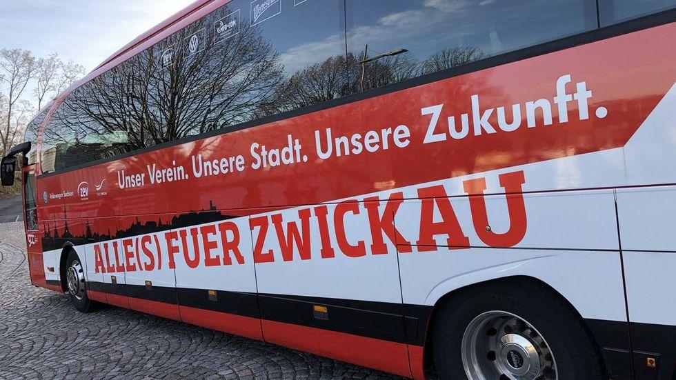 Der Mannschaftsbus startete am Dienstagmorgen Richtung Saarbrücken.
