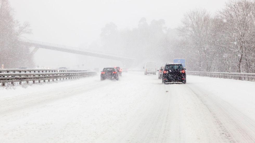 Symboldbild: Winterdienst im Dauereinsatz. Die Straßen schneit es immer wieder zu.