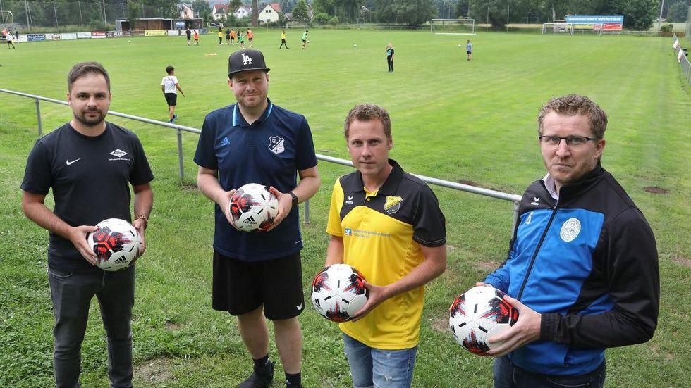 (Von links) Jannick Sachse von der Fortschritt, Patrick Jahn vom VfB Empor, Eric Hofmann von der Lok und Marcel Matthes vom TSV Wernsdorf haben sich für das Turnier abgesprochen.