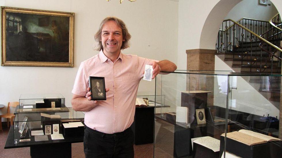 Der Leiter des Robert-Schumann-Hauses Thomas Synofzik mit zwei Exponaten