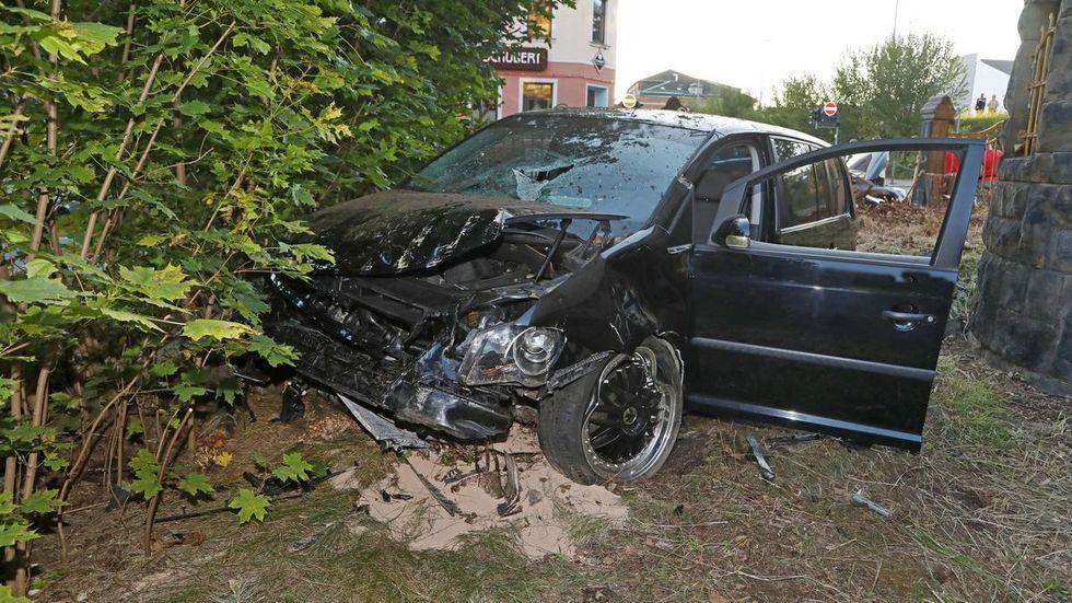 Erst war ein Auto durch einen Eisenzaun gebrettert...