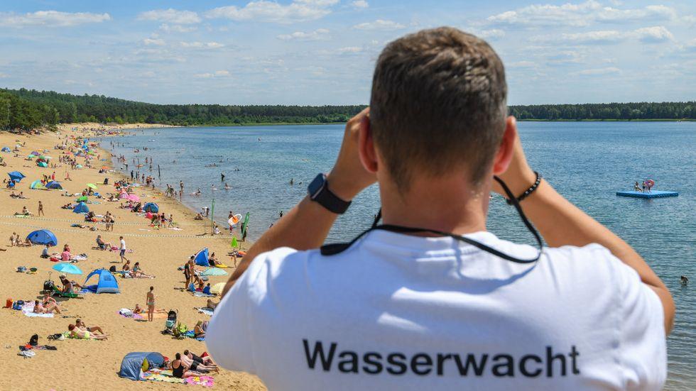 Rettungsschwimmer des DRK beobachtet Badegäste (Archivbild vom Helenesee in Frankfurt (Oder))
