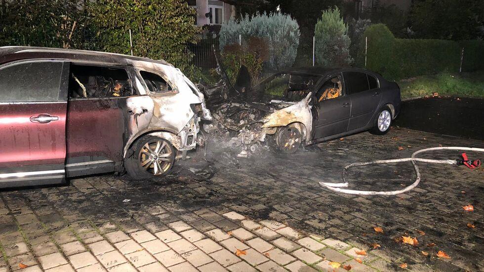 Ein Übergreifen der Flammen auf weitere Autos konnte die Feuerwehr verhindern.