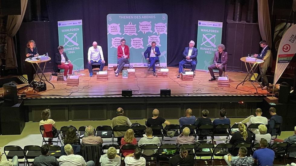Das Wahlforum Zwickau 2021: fünf Direktkandidaten, ein Vertreter eines Kandidaten, zwei Moderatoren und reichlich 100 Besucher