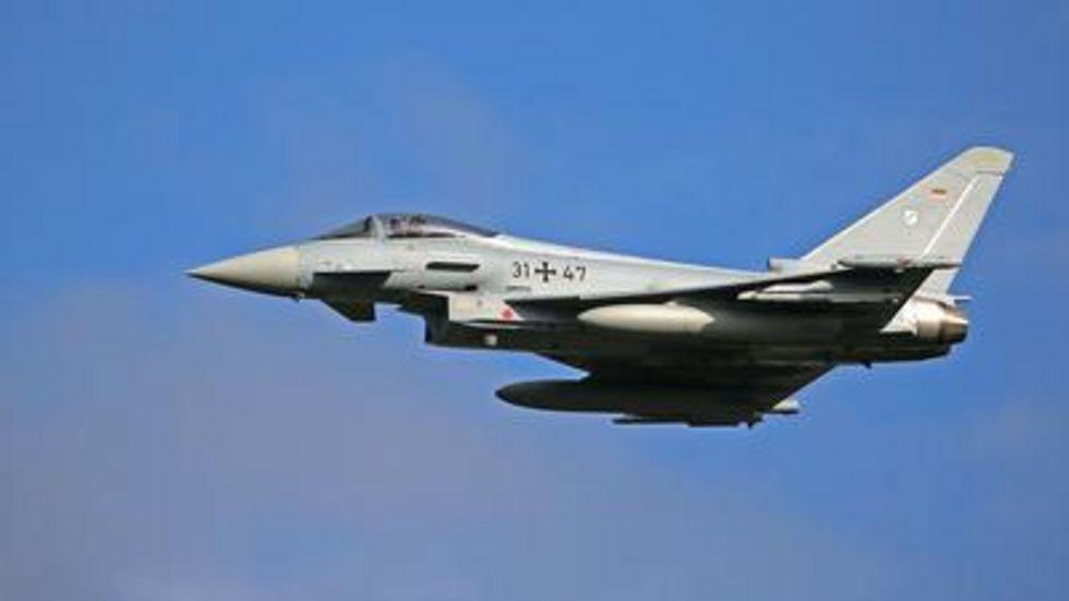 Ein Eurofighter fliegt eine Übung.