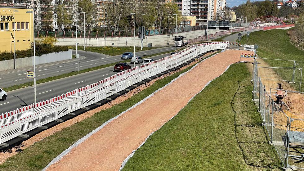 Damit Fußgänger und Radfahrer weiter auf den Muldendamm kommen, wurde ein provisorischer Weg angelegt.