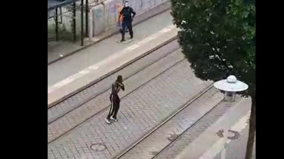 Screenshot von Video, das in den sozialen Netzwerken kursiert: Der Mann aus Gambia in Boxer-Pose, oben im Bild ein Polizist.
