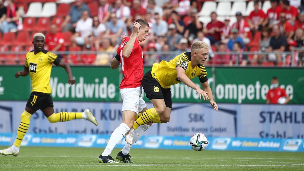 FSV-Spieler Max Reinthaler im Zweikampf mit BVB-Spieler Timo Bornemann