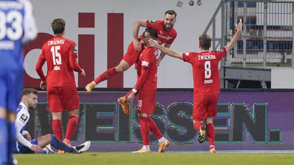 Der FSV jubelt mit Matchwinner Morris Schröter über den 2:1-Sieg