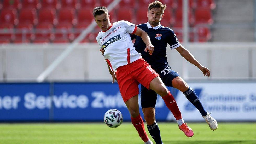 Dustin Willms (vorn) im Zweikampf mit Paul Grauschopf von Unterhaching. © imago images/ foto2press