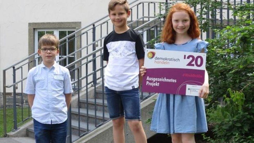 V.l.n.r.: Niclas, Manuel und Judith lernen an der Scheffelbergschule und freuen sich über die Auszeichnung. © Schule am Scheffelberg