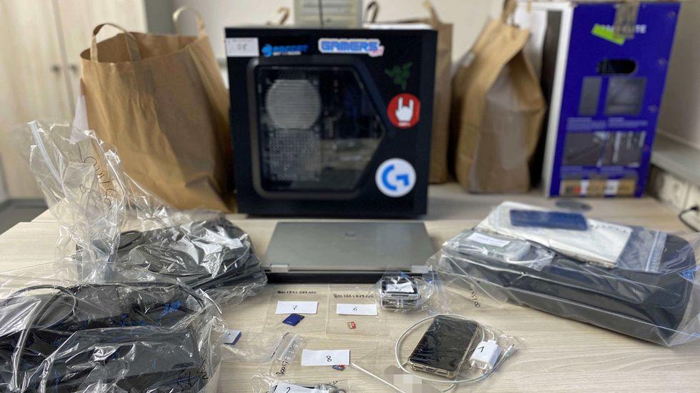 Eine Vielzahl an Speichermedien und weiterer Computertechnik wurde beschlagnahmt.