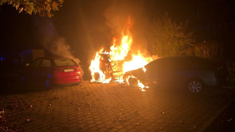 Die beiden Autos brannten vollständig aus.