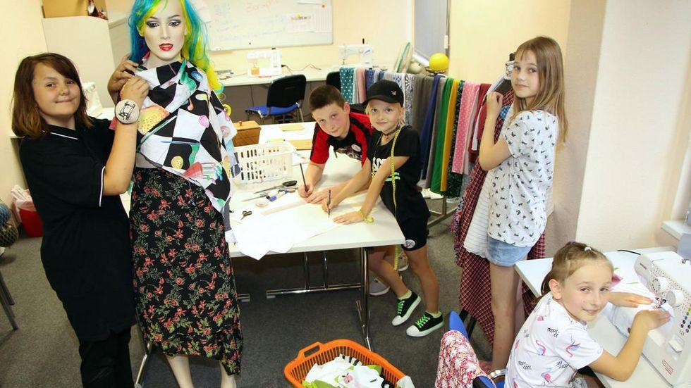 Luca (13), Safia (8) Vivien (10), Sophie (11) und Zeraphine (10) sind mit Nadel und Faden unterwegs.