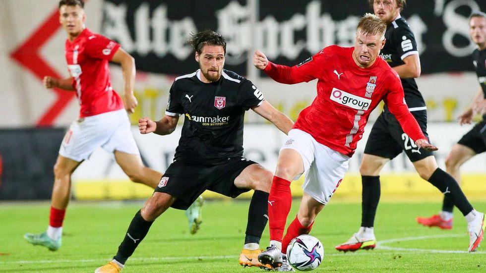 Lars Lokotsch - hier im Zweikampf mit Jonas Nietfeld vom Halleschen FC.