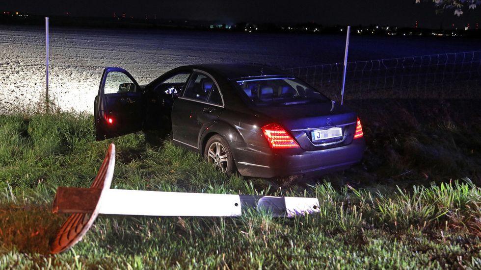 Der Mercedes steht mit aufgerissenem Unterboden an einem Wildschutzzaun.