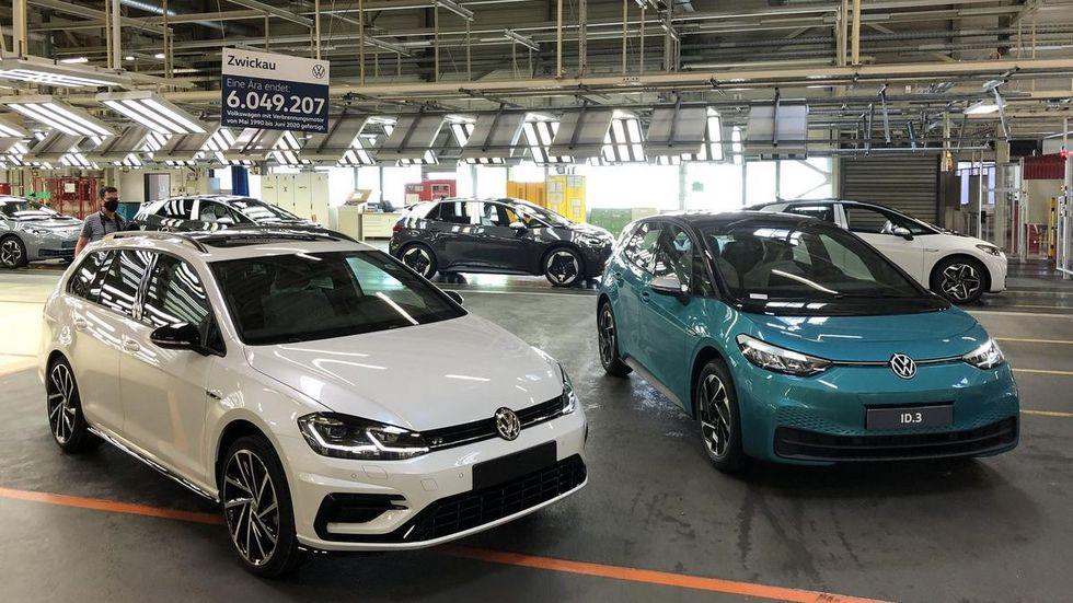 Vergangenheit und Zukunft. Der weiße Golf ist der letzte seiner Art, der in Zwickau gefertigt wurde. Ab jetzt werden nur noch Elektroautos gefertigt - zuerst der ID.3. © Redaktion