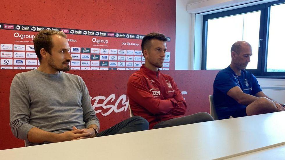 v.l. Toni Wachsmuth (re.), Patrick Göbel und Joe Enochs bei der Pressekonferenz zum Spiel gegen Braunschweig.