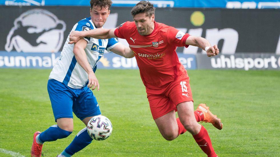 Magdeburgs Adrian Malachowski versucht FSV-Stürmer Ronny König vom Ball zu trennen