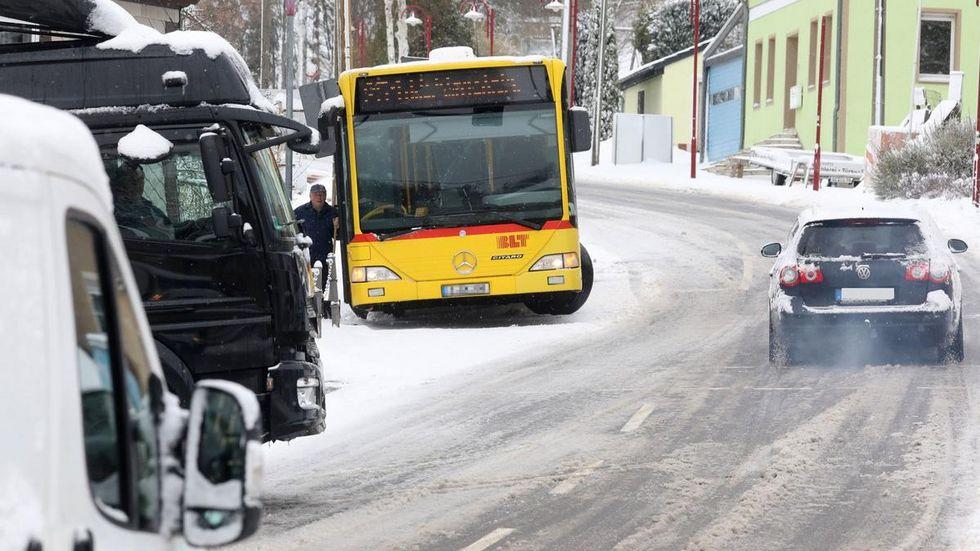 In Bernsdorf auf der B173 rutschte ein Bus an einen Telefonmast.