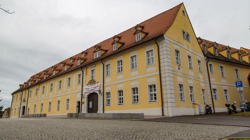 Das Gymnasium befindet sich nicht weit entfernt vom Teich. (c) André März