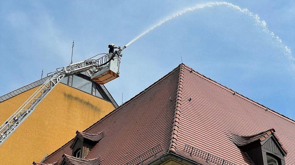 Mit Drehleiter und fettem Strahl ging die Feuerwehr zu Werke.