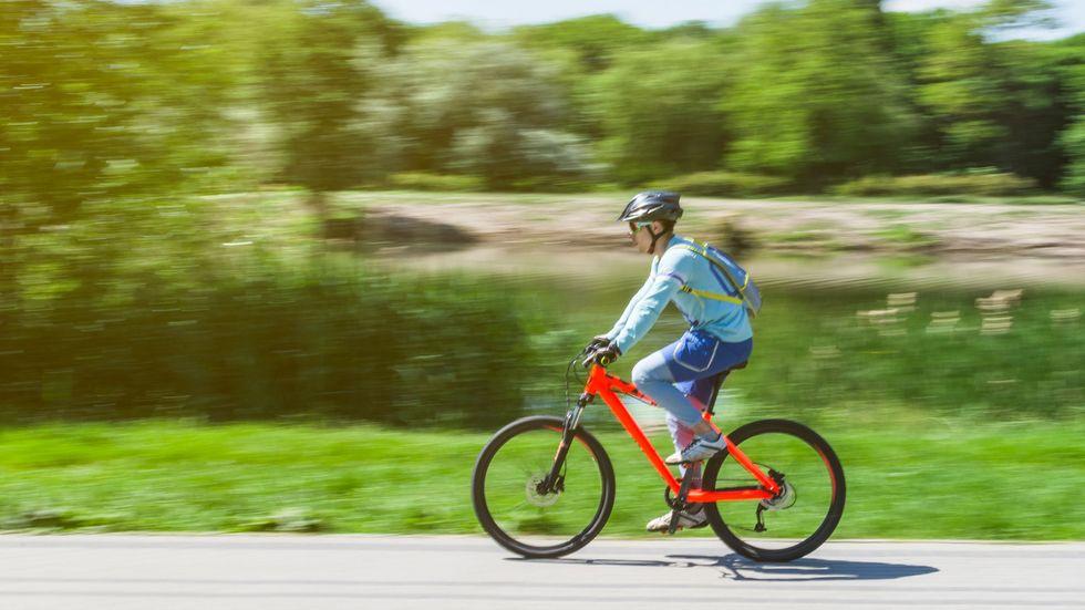 Frau auf rotem Fahrrad