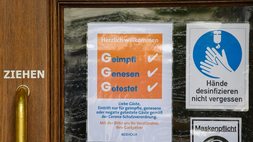 Schankhaus am Dresdner Neumarkt mit Hygiene-Hinweisen (Symbolbild)