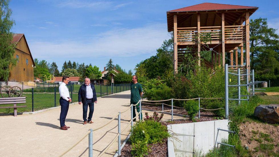 Carsten Körber besuchte den Tierpark vorige Woche - auf dem Foto ist er im Gespräch mit Bürgermeister Rainer Pampel und einem Mitarbeiter des Tierparks.