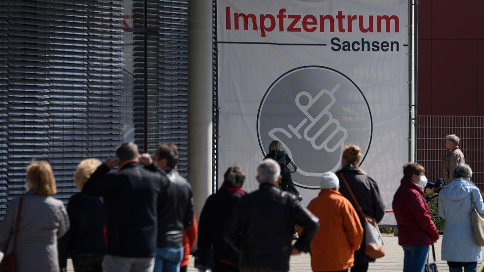 Warteschlange vor dem Impfzentrum an der Messe Dresden (Archivfoto)