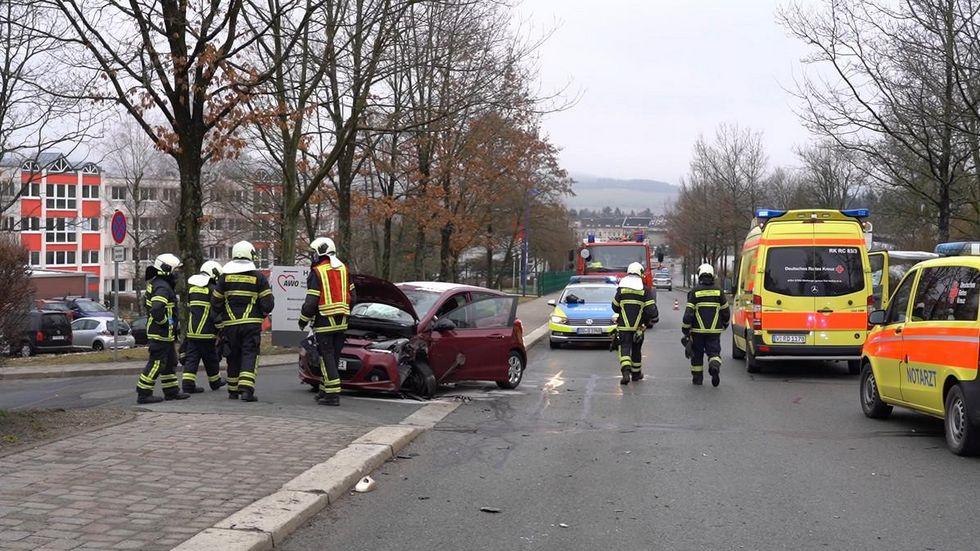 Der 89-jährige Hyundai-Fahrer wurde noch aus seinem Fahrzeug gerettet, starb jedoch im Rettungswagen.