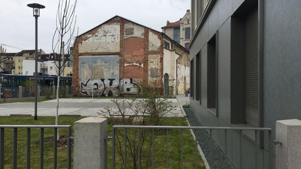 Die Turnhalle der abgerissenen Puschkinschule - angefressen und verunstaltet