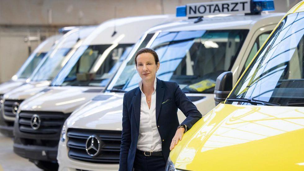 Geschäftsführerin Cathrin Wilhelm steht neben den Sonderfahrzeugen, die Binz fertigt. Das Thüringer Unternehmen hat das MAN-Werk in Plauen übernommen.
