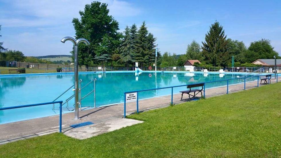 Das Freibad Crossen lädt wieder zum Schwimmen und Planschen ein.