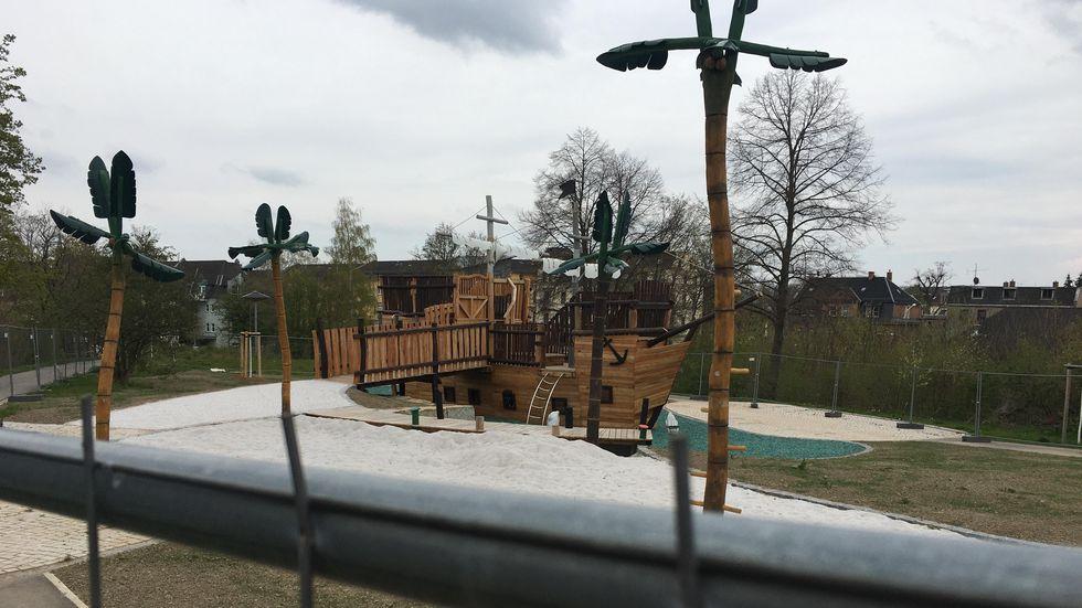 Noch ist der Spielplatz abgezäunt - am 1. Juni sollen das Schiff und der Palmenstrand nun freigegeben werden.