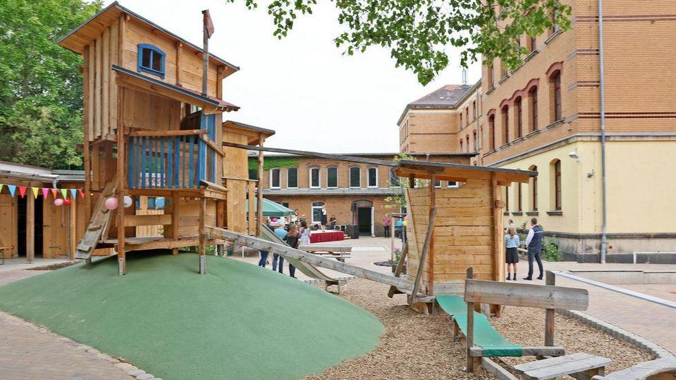 Der Spielturm wurde von einem Holzkünstler gestaltet.