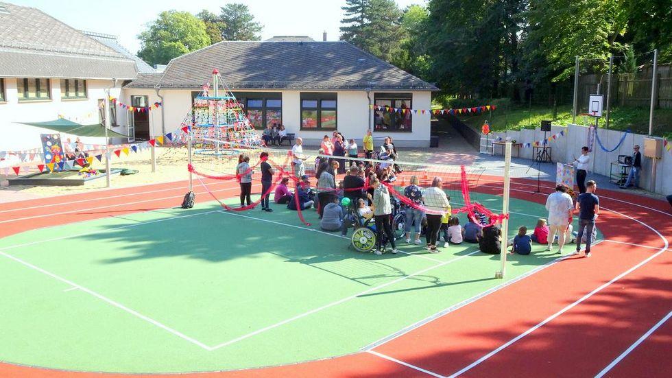 Große Freude an der Sonnenbergschule in Werdau: der neue Sport- und Spielplatz ist fertig.