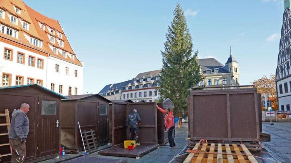 Am Montag wurden die Märchenbuden auf dem Hauptmarkt aufgestellt. © Ralph Köhler/propicture
