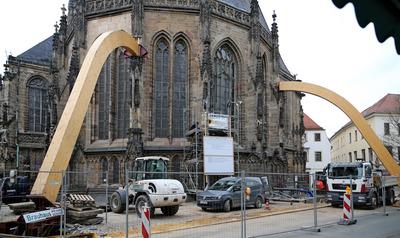 Seit zwei Jahren sorgen die Stützen dafür, dass der Dom im Herzen Zwickaus stabil steht. © Jan Woitas/dpa