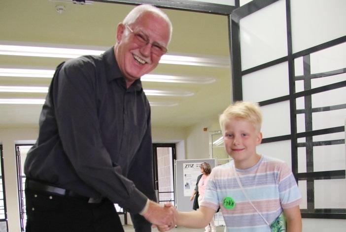 Bürgermeister Bernd Meyer gratuliert auch dem stellvertretenden Bürgermeister von Mini Zwickau, Fynn, zum Wahlerfolg. © Stadt Zwickau
